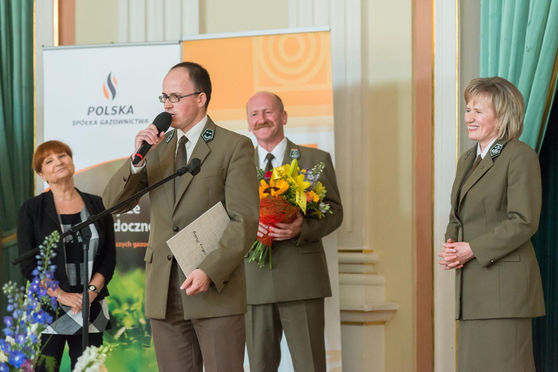 Nagrodę z rąk Adriana Wiśniowskiego i Edwarda Marszałka odebrała dyrektor szkoły - Jadwiga Szylak